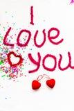 Inscription dans les lettres tricotées sur un fond blanc Isolat de jour du ` s de St Valentine Photographie stock libre de droits