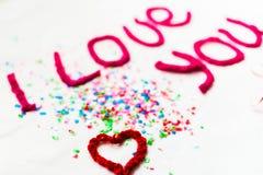 Inscription dans les lettres tricotées sur un fond blanc Isolat de jour du ` s de St Valentine Image libre de droits