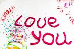 Inscription dans les lettres tricotées sur un fond blanc Isolat de jour du ` s de St Valentine Image stock