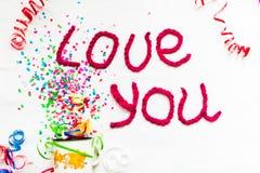 Inscription dans les lettres tricotées sur un fond blanc Isolat de jour du ` s de St Valentine Photographie stock