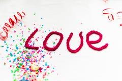 Inscription dans les lettres tricotées sur un fond blanc Isolat de jour du ` s de St Valentine Photos libres de droits