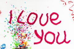 Inscription dans les lettres tricotées sur un fond blanc Isolat de jour du ` s de St Valentine Photo libre de droits