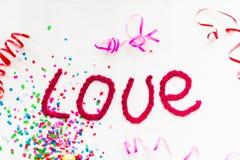 Inscription dans les lettres tricotées sur un fond blanc Isolat de jour du ` s de St Valentine Images stock