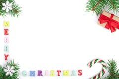 Inscription de Joyeux Noël dans le cadre fait de branches de sapin d'isolement sur le fond blanc avec l'espace de copie pour votr images stock