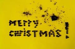 Inscription de Joyeux Noël, présentée des haricots du café Fond de chocolat avec sur le texturecolor jaune du year2019 image stock