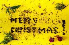 Inscription de Joyeux Noël, présentée des haricots du café Fond créatif de chocolat - couleur de l'année 2019 images libres de droits