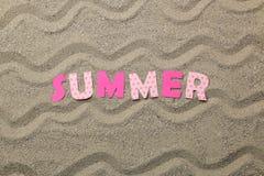Inscription de l'été des lettres roses de papier sur le sable de mer ?t? Relaxation Vacances Vue sup?rieure photographie stock libre de droits