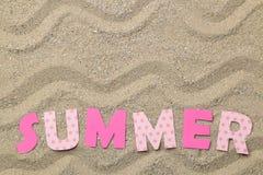 Inscription de l'?t? des lettres roses de papier sur le sable de mer ?t? Relaxation Vacances Vue sup?rieure photographie stock libre de droits