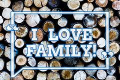 Inscription de la famille d'amour de showingI de note Photo d'affaires présentant de bons sentiments au sujet des parents s'inqui photos libres de droits