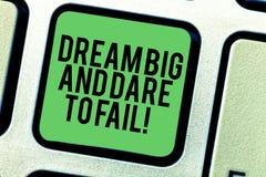 Inscription de la note montrant grand rêveur et le défi pour échouer L'inspiration de présentation de motivation de photo d'affai photos libres de droits
