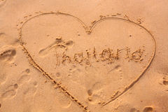 Inscription de la Thaïlande au coeur sur le sable Image stock