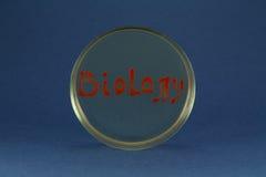 Inscription de mot de biologie par les bactéries vivantes sur la boîte de Pétri Images stock