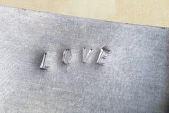 Inscription de relief d'AMOUR en métal L'inscription sur le pla en métal Photos stock