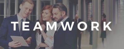 Inscription de travail d'équipe avec les hommes d'affaires et la femme d'affaires Image stock