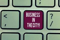 Inscription des affaires d'apparence de note dans la ville Photo d'affaires présentant les bureaux professionnels de sociétés urb photographie stock