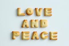 Inscription des biscuits sur le fond blanc Amour et paix d'†des textes « Image libre de droits