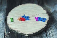 Inscription des petites lettres en bois colorées je t'aime Images libres de droits