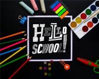 Inscription du bonjour, école sur le tableau noir Concept à la mode Image libre de droits