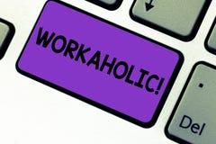 Inscription du bourreau de travail d'apparence de note Personne de présentation de photo d'affaires qui travaille compulsif exces photo libre de droits