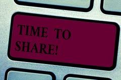 Inscription du showingTime de note pour partager La photo d'affaires présentant pour communiquer avec vos amis et famille a écart image stock