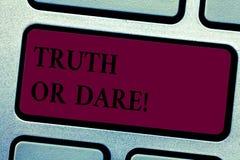 Inscription du showingTruth ou du défi de note La présentation de photo d'affaires indiquent les faits réels ou être disposée à a photo libre de droits