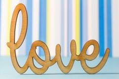 Inscription en bois d'amour sur le fond rayé bleu Images libres de droits