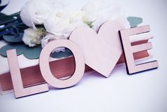 Inscription en bois de lettres d'amour avec la forme de coeur Style de vintage avec les fleurs blanches toned Images libres de droits