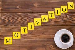 Inscription et café diagonaux de motivation photographie stock libre de droits