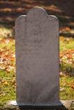 Inscription grave de marbre blanche dans l'automne Photos libres de droits