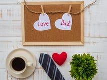 Inscription heureuse de jour du ` s de père avec le lien coloré, redheart, plan Image stock