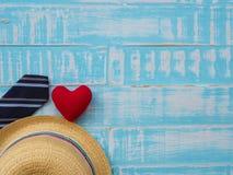 Inscription heureuse de jour du ` s de père avec le redheart, le chapeau et la cravate dessus Photo stock