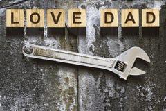 Inscription heureuse de jour du ` s de père sur les cubes en bois sur le fond blanc, d'isolement Concept heureux de jour du ` s d Images libres de droits