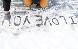 Inscription - je t'aime, est écrit sur la neige Image libre de droits