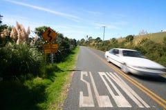 Inscription lente sur la route et le véhicule rapide Photographie stock libre de droits
