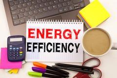 Inscription montrant le rendement énergétique fait dans le bureau avec le stylo de marqueur d'ordinateur portable d'environs Conc image libre de droits