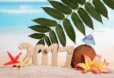 Inscription 2017, noix de coco, étoiles de mer et fleurs de nouvelle année sur la mer Image libre de droits