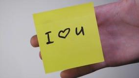 Inscription sur l'autocollant je t'aime Dessin je t'aime et coeur sur le papier jaune Inscription je t'aime sur Photographie stock libre de droits