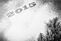 Inscription 2015 sur la farine et arbre de Noël sur une table en bois Photos stock