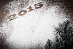 Inscription 2015 sur la farine et arbre de Noël sur une table en bois Image stock