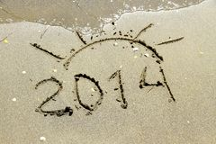 Inscription 2014 sur la plage de sable de mer Photo stock