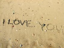 Inscription sur le sable de plage au sujet de l'amour Images stock