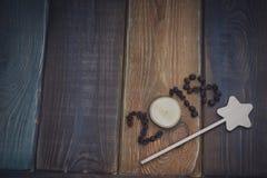inscription 2018 sur un fond en bois coloré Photographie stock libre de droits