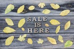 inscription A venda está aqui Letras de madeira Quadro da licença amarela imagens de stock