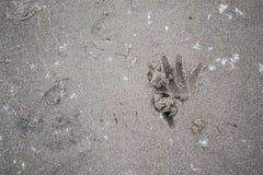 Inscriptions de main et de doigt dans le sable Photos stock