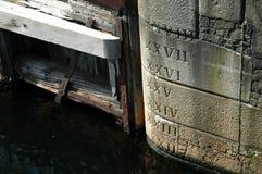 Inscriptions de niveau d'eau sur un dock Image libre de droits