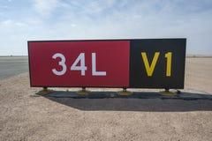 Inscriptions directionnelles de signe par une piste Photographie stock