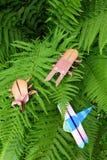 Insectes d'origami sur des feuilles de fougère Image stock