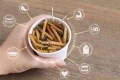 Insectes en bambou de Caterpillar pour manger comme nourriture dans la tasse jetable avec le concept de nutrition de médias d'icô illustration libre de droits