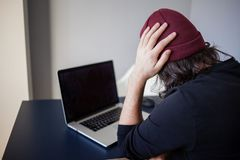 Insectes et erreurs dans le d?veloppement Un jeune programmeur dans le lieu de travail a des probl?mes au travail image stock