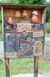 Insecthotel in een tuin Stock Fotografie